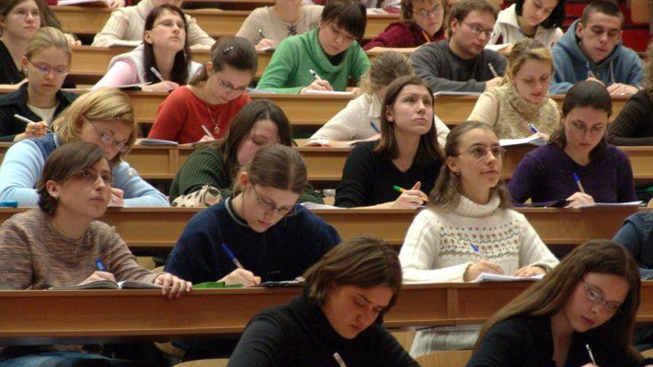 FOTO: Přednáška, zapisování přednášek do notebooku