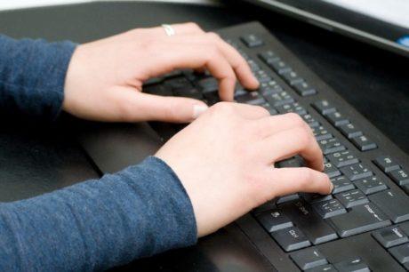 FOTO: Ruce na klávesnici