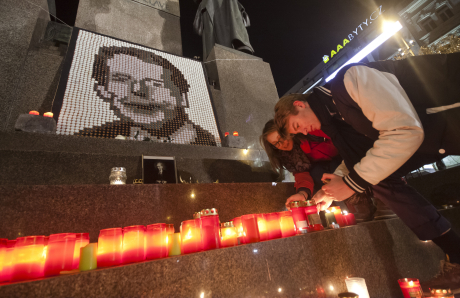 Studenti zapalují svíčku za zesnulého Václava Havla FOTO: Pavel Barnet