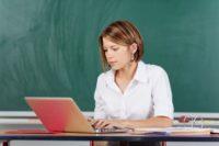 FOTO: Učitelka s notebookem