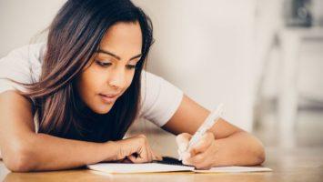 FOTO: Studentka píše do sešitu
