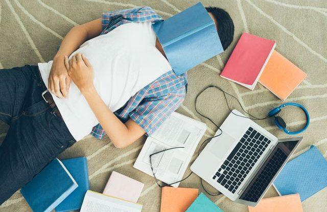 Jak studovat dvě vysoké školy, Zkoušky