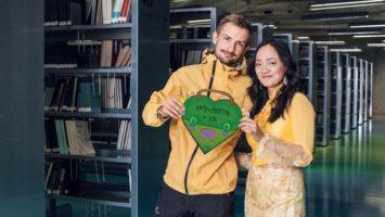 Zamilovaní studenti v knihovně
