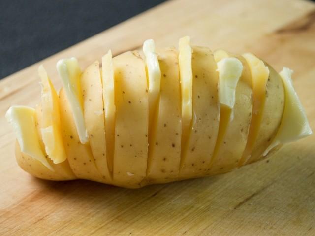 Brambory Hasselback jsou svérázným pokrmem, který ukazuje, že i z notoricky známých surovin lze vařit elegantní pokrmy.